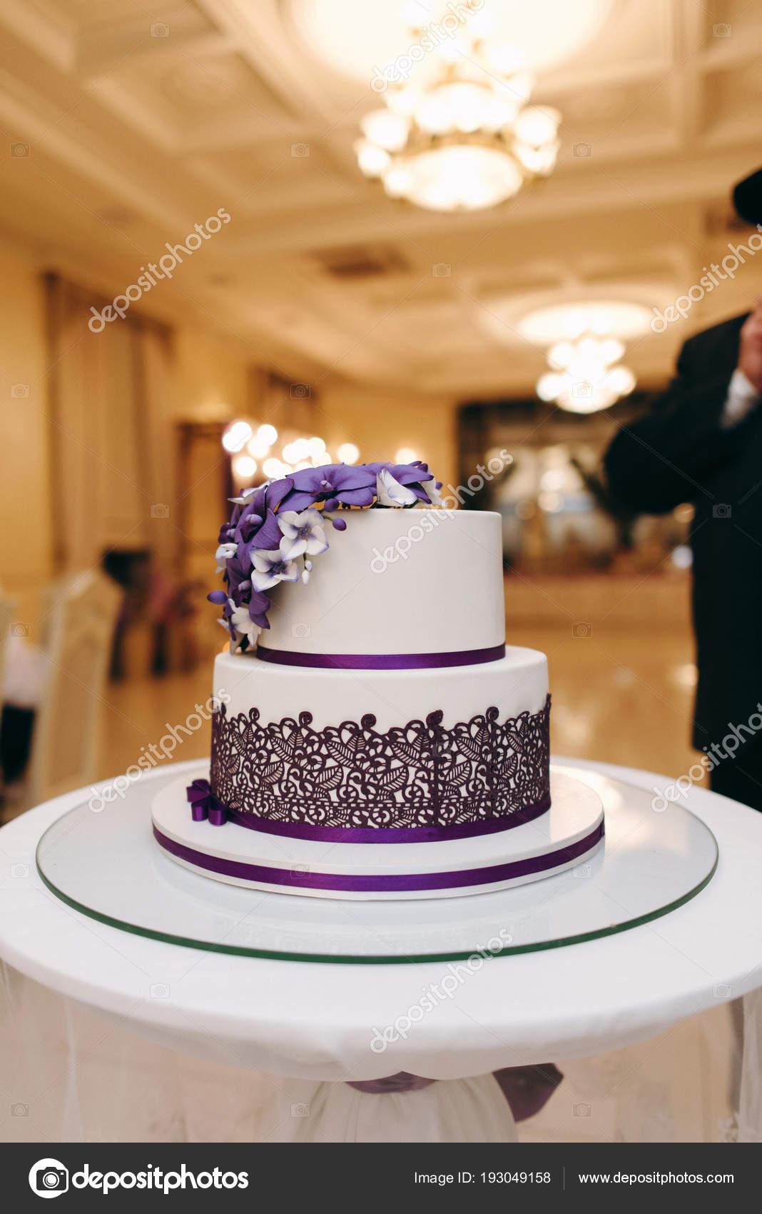 Hochzeitstorte Weiss Und Lila Farben Mit Blumen Auf Weissem Etagere