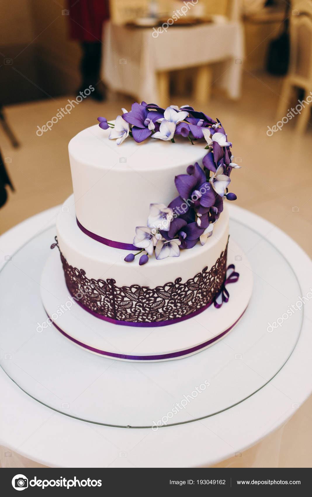 Anspruchsvoll Hochzeitstorte Lila Beste Wahl Weiß Und Farben Mit Blumen Auf Weißem