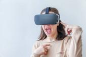 Lächeln junge Frau trägt mit virtual-Reality Vr Brille Helm Kopfhörer auf weißem Hintergrund. Smartphone mit virtual-Reality-Brille. Technik, Simulation, Hi-Tech, Videospiel-Konzept