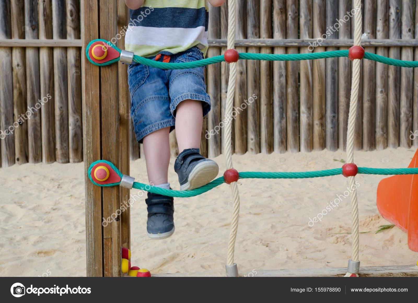 Klettergerüst Reck : Kleiner junge klettern auf einem klettergerüst u2014 stockfoto