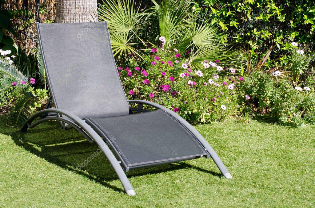 Ligstoel Voor Tuin : Een ligstoel in een tuin u stockfoto rocklights