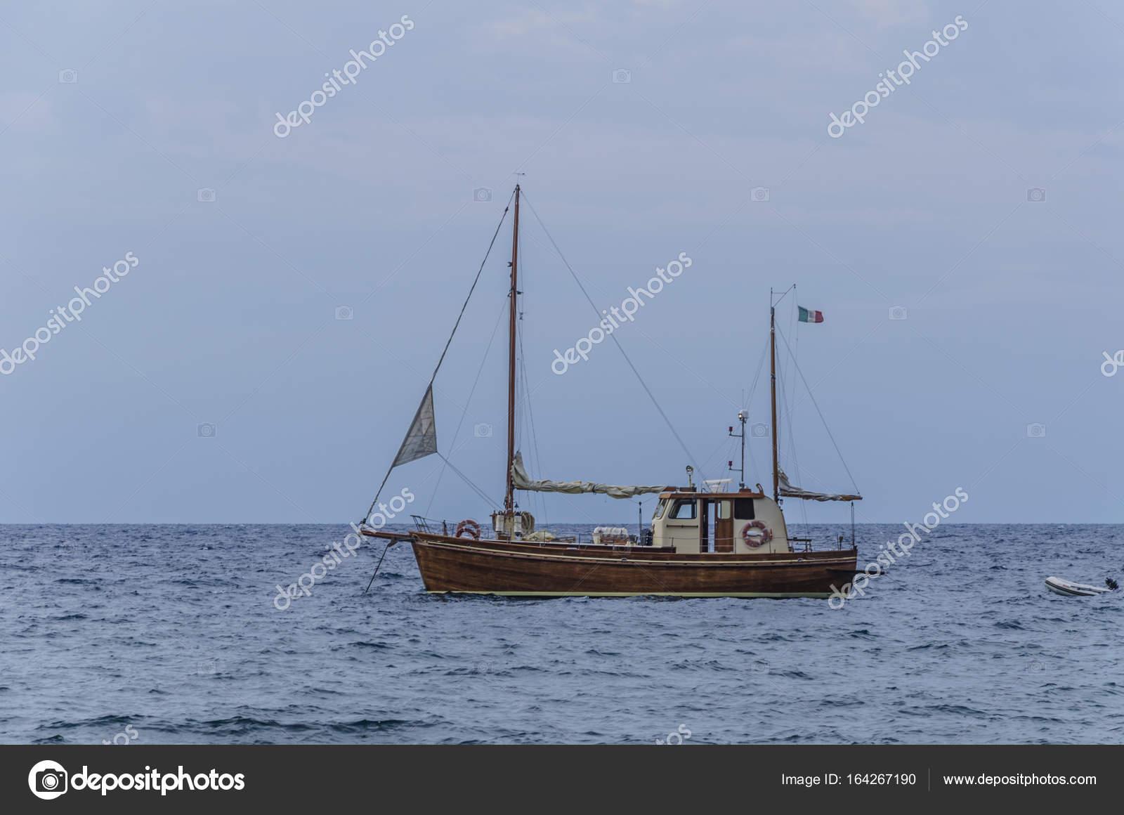 Velero en las costas de la isla de panarea — Foto de stock
