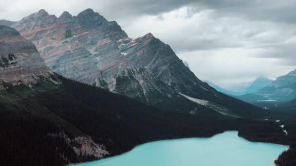 Přiblížit pohled na jezero Peyto v kanadských Skalistých horách, Icefields Parkway, Kanada.
