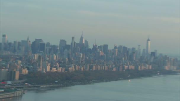 letecký zoom od empire state budovy přes manhattan