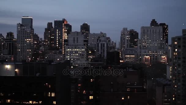 New york city v noci letecký pohled na panorama sledování snímku