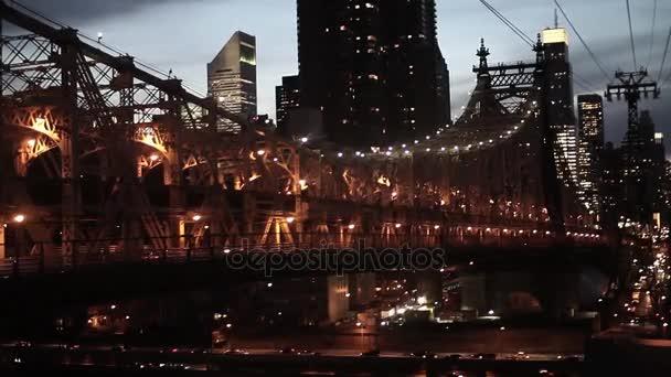 New york city v noci letecký pohled na panorama mostu