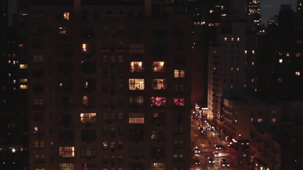 new york bei nächtlichem verkehr street air view tracking shot