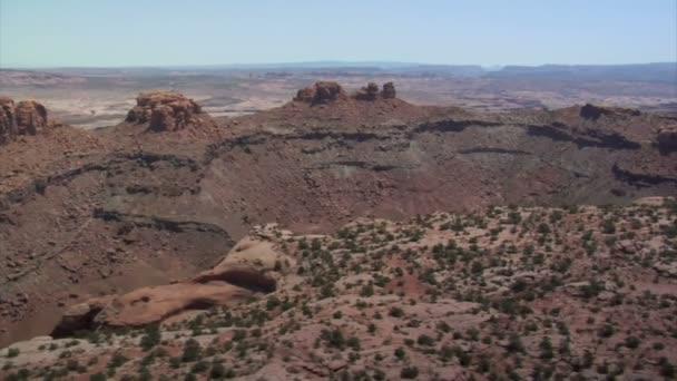 letecké záběry z červené horniny pouštní buttes a šalvěj poušť
