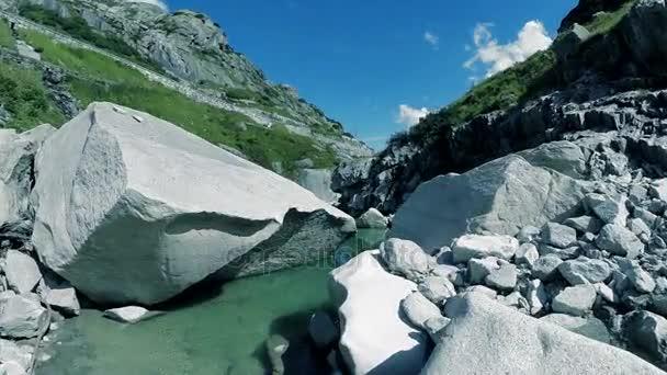 Letecký pohled na horské řece povahy krajiny kamenů kameny pozadí