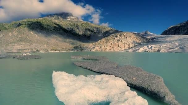 Flug über schmelzende Eisscholle Schwimmen im Hintergrund Gletscher See Klima ändern