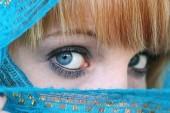 Pěkně rusovlasá mladá žena za modrý závoj