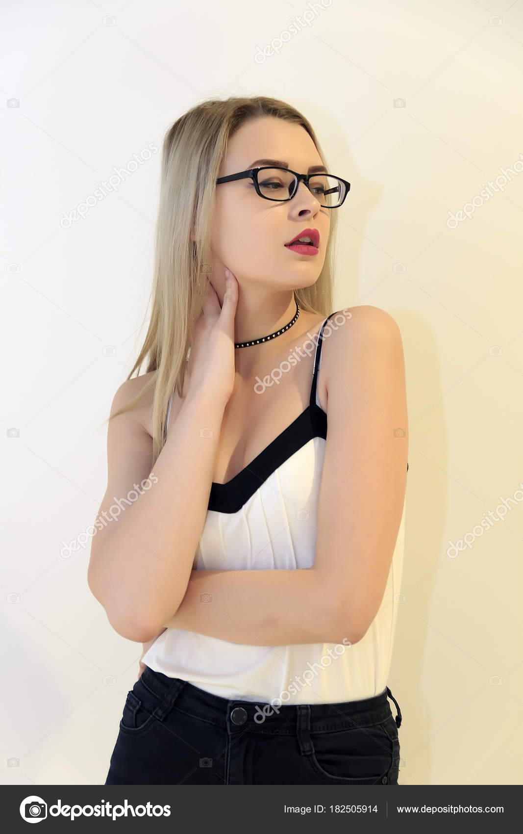 Un Della Gli Bionda Bianco Con Occhiali Parete Fondo Affascinante Su hdsrBoQCtx