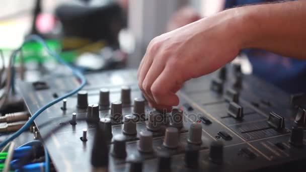 DJ, keverés a night clubban