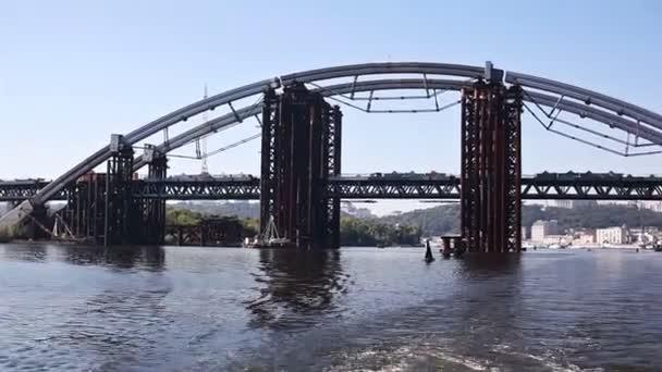 Výstavba mostu železné trubky v Kyjevě, Ukrajina