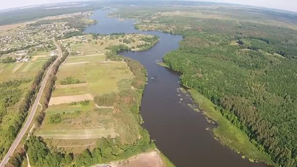 Luftaufnahme eines Kraftwerks am Ufer eines großen Sees