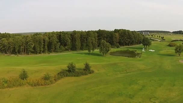 Sondu letí nad zeleným golfové hřiště. Svatební přípravy