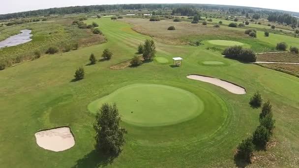 Sondu letí nad dobře s vlajkou nad zelené golfové hřiště