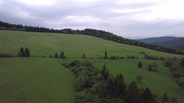 Letecký pohled na pohoří se stromy v Tatrách, Slovensko.