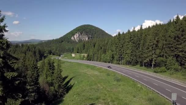 Letecký pohled na asfaltovou cestu na Slovenských Tatrách