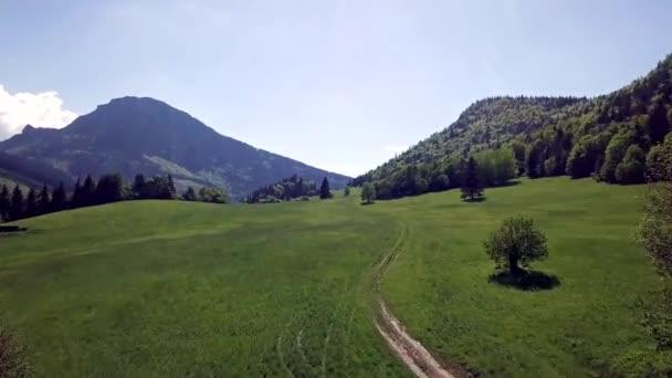 Letecký pohled na hory se zeleným polem a silnicí ve slovenských Tatrách