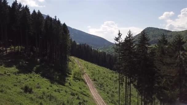 Letecký pohled na horskou silnici ve slovenských Tatrách