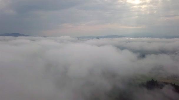 Letecký pohled na město Dolní Kubín přes mraky v Nízkých Tatrách