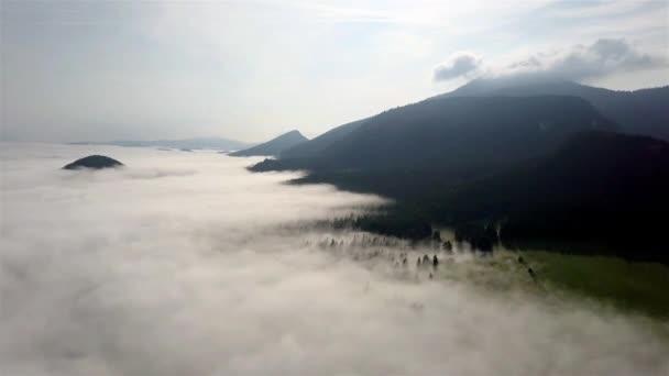 Dron létá nad bílými mraky a lesem ve slovenských Tatrách