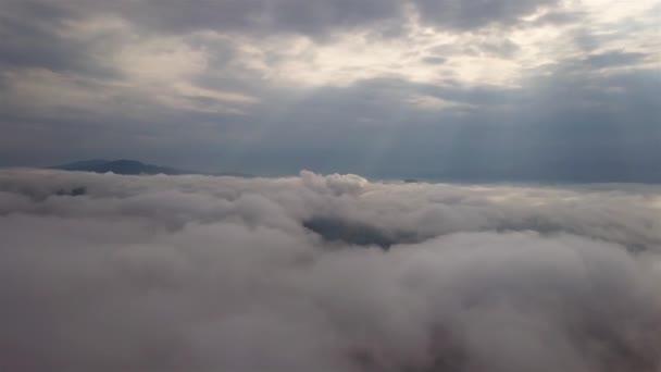 Letecký pohled na mraky v hornaté oblasti Slovenska, Tatry