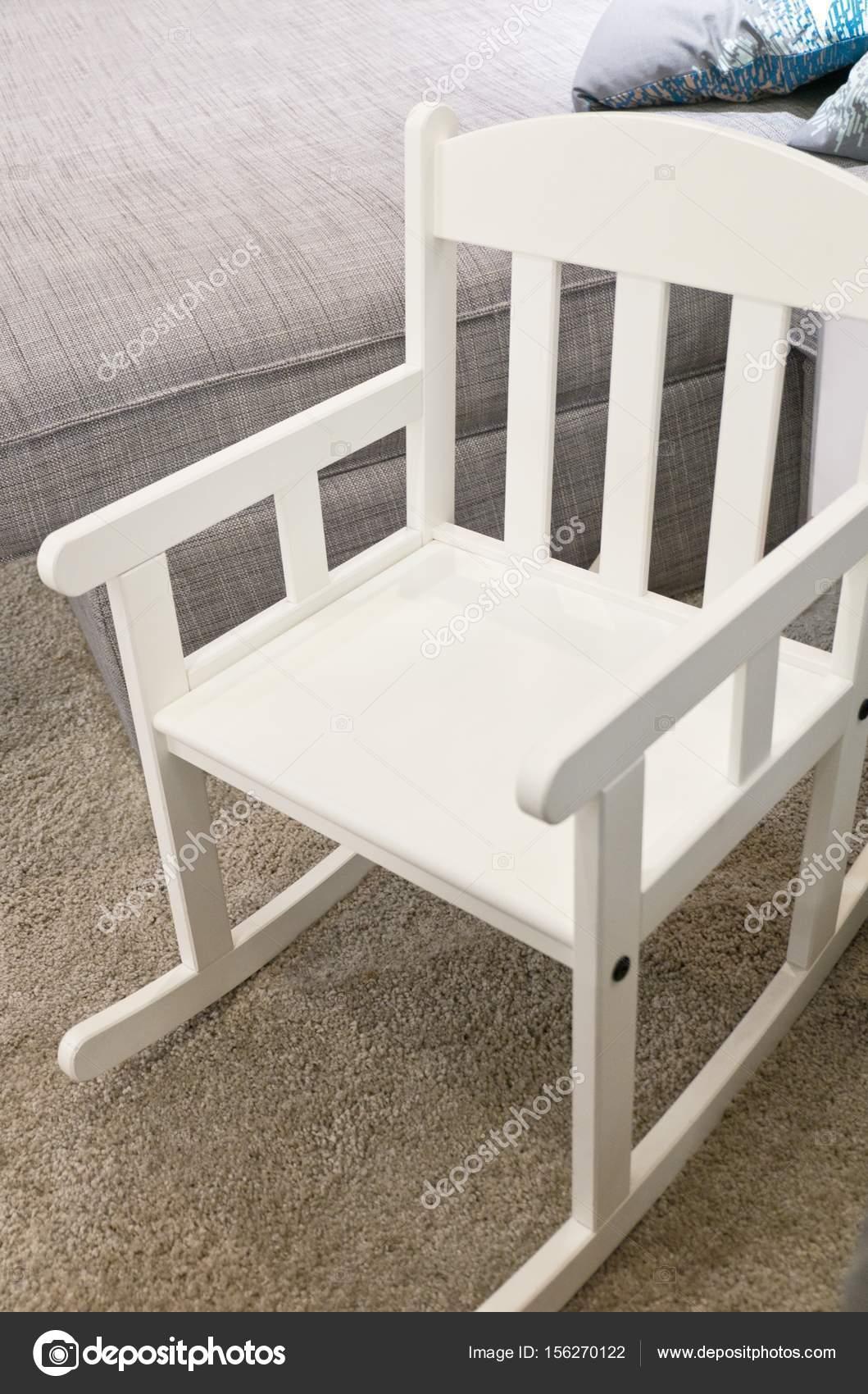 weißer schaukelstuhl in einem wohnzimmer — stockfoto © arayabandit