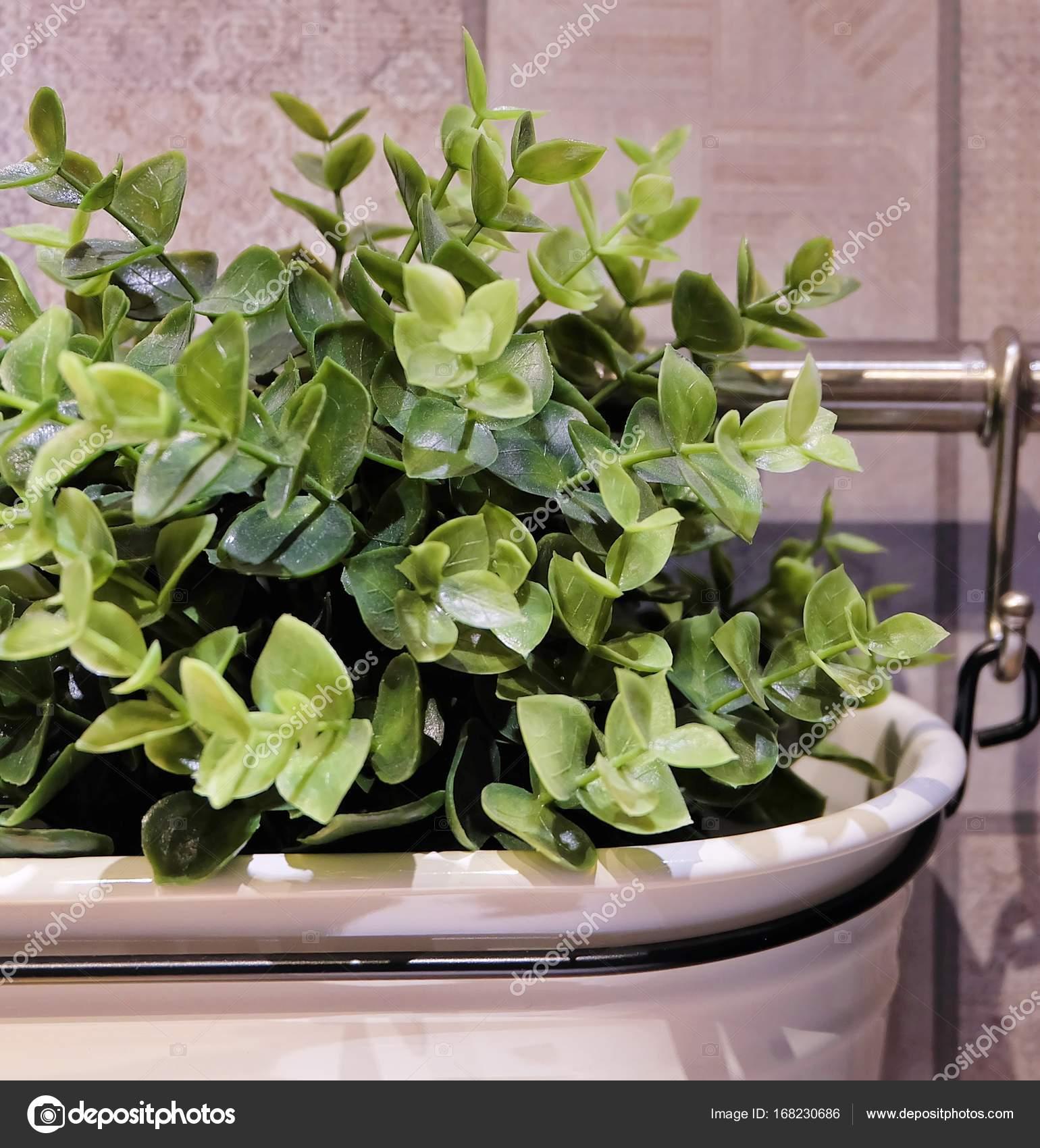 Plantas Artificiais Verdes Em Uma Panela De Metal Stock Photo