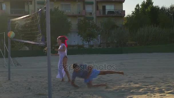 Pár röplabda játék és a szórakozás a strandon