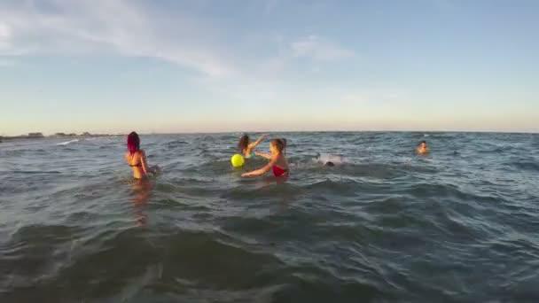 Baráti társaság játszott röplabda a vízben