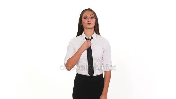 Üzletasszony komoly kifejezés beállítása a nyakkendő