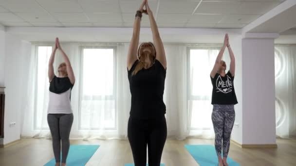 Tanár és két tanulók elvégzésében sorozat jóga órákon