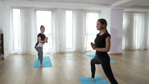 Három nő harcos csinál jóga jelent