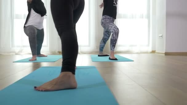Három felnőtt nők a jóga