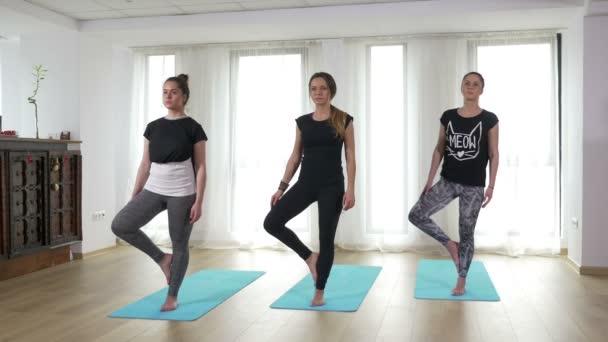 Ezzel az edzőteremben a jóga vrikshasana jógik
