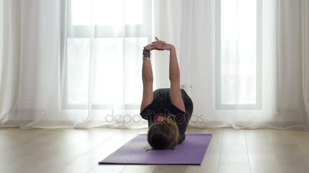 Yogi praktikování jógy sekvence v tělocvičně