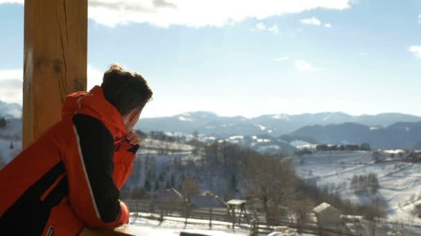 Teen, při pohledu na krásnou krajinu v horách v zimním období