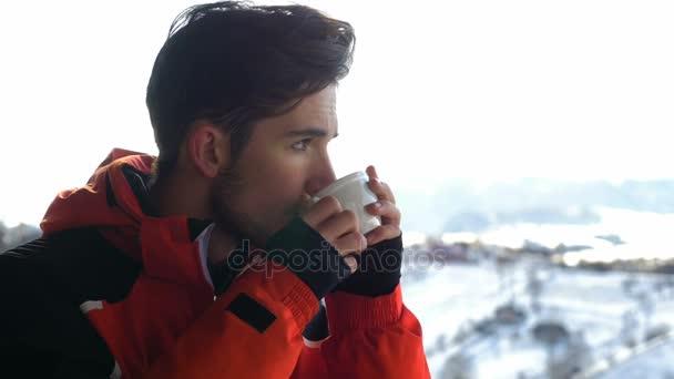 Jeune Homme Sopping Une Tasse De Cafe Chaud Sur Une Terrasse En Bois