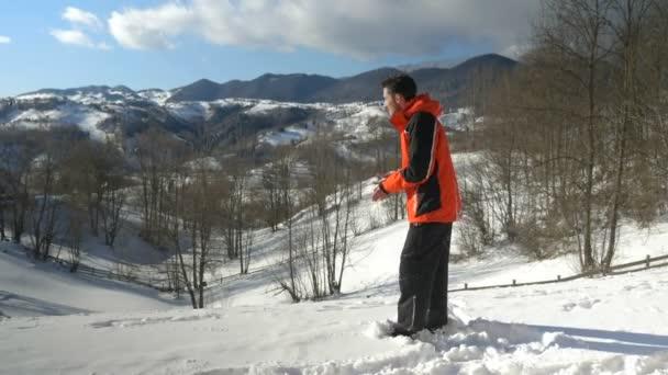 Dospělý muž těší nádherný den na hory v zimě