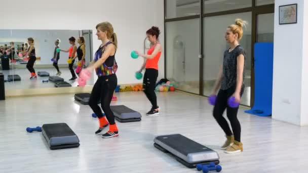 Skupina žen fyzičce v tělocvičně