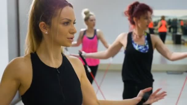 Nyújtás, aerobik osztály fiatal vonzó nők