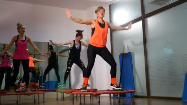 Csoport, a nők a fitness club csinálás levegőigényes, mini-trambulin