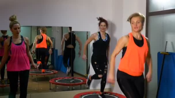 Női fitness munkamenet trambulin az edzőteremben csinál
