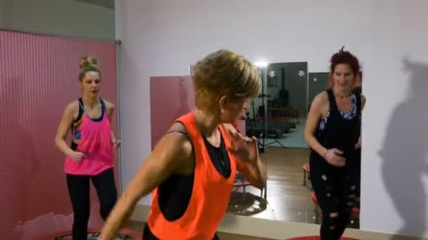 Ugrás a trambulin, a fitnesz klubban nők csoportja