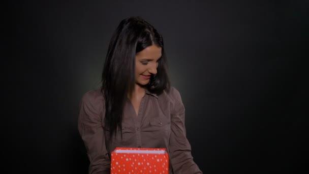 Boldog nő kap egy nagy ajándék doboz-val egy kisebb ajándék doboz belsejében, és meglepett és izgatott