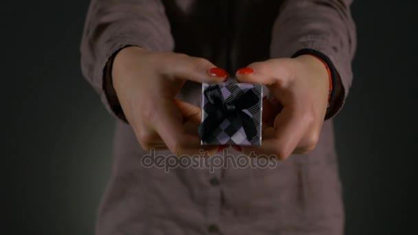 Detailní záběr záběr žena plná pálivých papriček malé krabičky zabalené s šedou stužkou