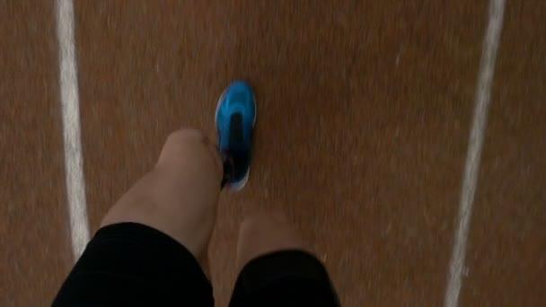 POV - hlediska jogger nohy spuštěné v kurzu v soutěži maraton