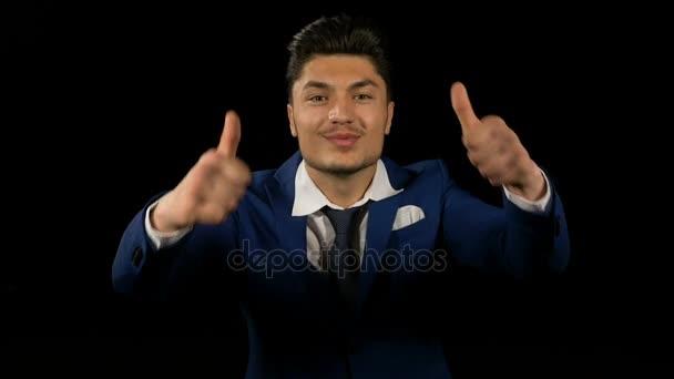 Veselá podnikatel ukazuje palec nahoru znamení